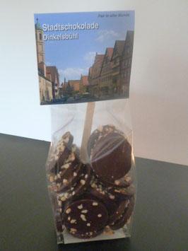 Zartbitter Schokoladentaler mit gehackten Bio Haselnusskernen - Dinkelsbühl Foto
