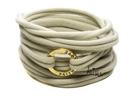 Endlosarmband aus Jersey mit goldfarbenem Ring mit der Aufschrift Love, Hope, Faith