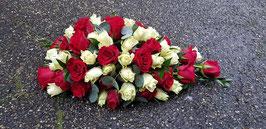 Druppelrouwarrangement met witte en rode rozen