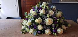 Biedermeier rouwarrangement opgemaakt met witte rozen en paarse eustoma