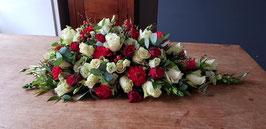Druppel Arrangement met witte rozen, rode rozen, rode anjers, witte eustoma en eucaluptus en grassoorten