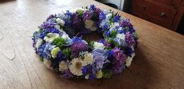 Rouwkrans in lichtblauw, paarse tinten