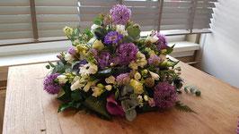 Rond arrangement  in wit paarse tinten diameter 60 cm.