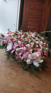 rouwhart van 60 cm. in wit/ roze tinten waarin aan de rand orchideen zijn verwerkt.