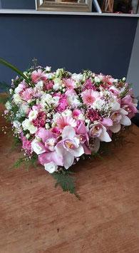 rouwhart 40 cm. opgemaakt in wit/roze tinten met aan de rand orchideen in verwerkt