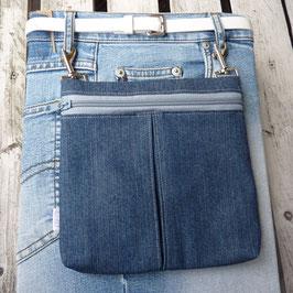 Gürteltasche aus Jeansstoff mit grauem Reißverschluss