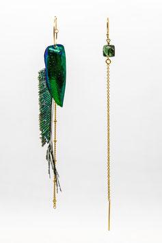 Boucles d'oreille à plume, élytre de scarabée et tourmaline vert émeraude montée sur un chainette qui passe dans l'oreille gold filled 7cm