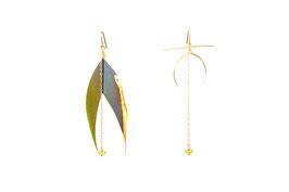 LK3089or Boucles d'oreilles en gold filled ( or 14 carats plaqué sur cuivre) grands motif JOY, grandes plumes plaquées or 24 carats coupée en queue d'aronde, péridot lumineux. 8cm