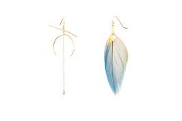 LK3076or Boucles d'oreilles en gold filled ( or 14 carats plaqué sur cuivre) grands motifs JOY. Plumes avec une touche d'or 24 carats. Saphirs bleu ciel 8 cm