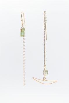 Boucle d'oreilles asymétrique croissant de lune tourmaline gold filled chainette réglable dans l'oreille 7cm
