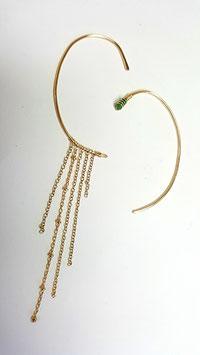 Caroline porte un Ear cuff gold filled et émeraude