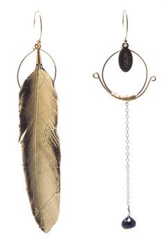 Une merveille de plume plaquée or 24 carat et rond tissé en gold filled 14 carat façon Chine impériale, spinelle ,noire et beaucoup d'amour