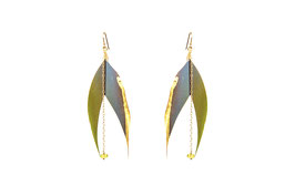 LK3087or Boucles d'oreilles en gold filled ( or 14 carats plaqué sur cuivre) grandes plumes plaquées or 24 carats coupée en queue d'aronde, péridot lumineux. 8cm