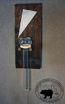 Rustikales Wandbrett mit dunklen Nussbaumrundstäben
