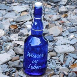 Bügelflasche mit Wasser ist Leben