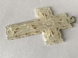Pendentif croix en nacre à décor de feuillage