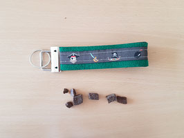 """Schlüsselanhänger """"Piraten grau auf mittelgrünem Filz"""""""