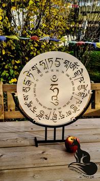 Lasergeschnittenes Kunstobjekt mit tibetischen Schriftzeichen, Mantra Medizinbuddha, mit Metallfuß 50x45x10cm