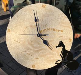 Winterberg-Uhr in Holz graviert. Mit ca 32 cm Durchmesser und Quarz-Uhrwerk
