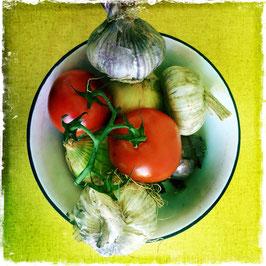 Teller mit Tomaten, Knoblauch und Zwiebeln