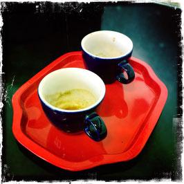 Kaffeetassen auf rotem Tablet