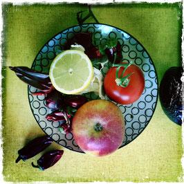 Teller mit Zitrone, Apfel und Tomate