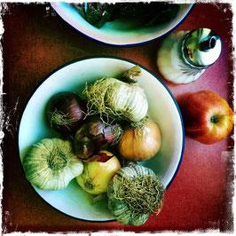 Teller mit Knoblauch und Zwiebeln neben Zuckerdose
