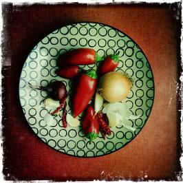 Teller mit Peperocini und Zwiebeln