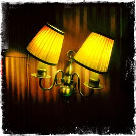 Gelbe Lampen, mit Rand