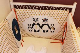 """Tour de lit bébé moutarde, rouge et bleu """"famille panda"""""""