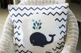Housse de coussin chambre bébé 40 x 40 cm bleue et blanche motif baleine et chevrons