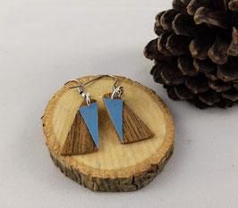 Boucles d'oreilles en bois : triangles noyer /simili bleu