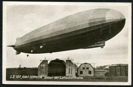 Luftschiff Graf Zeppelin über der Luftschiffhalle