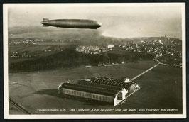 Luftschiff Graf Zeppelin über der Werft