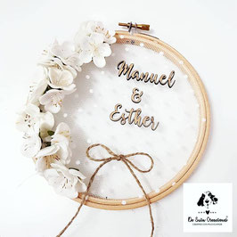 Porta alianzas flor de almendro blanca letra pequeña 24