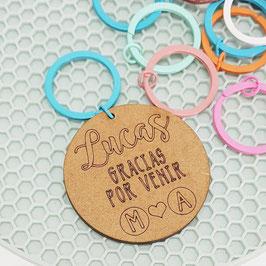 Llavero de madera personalizado con anilla de color iniciales corazón IMPORTANTE LEER