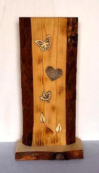 Borkenholzbrett mit verschiedenen Motiveinarbeitungen
