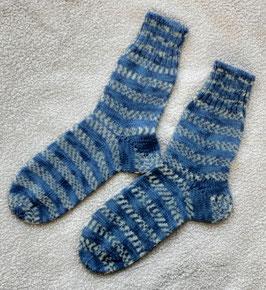 Sehr schöne Kinderwollsocken in blau-weiß!
