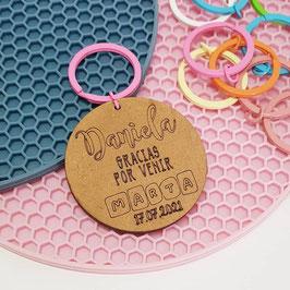 Llavero de madera personalizado con anilla de color nombre en cuadraditos y fecha