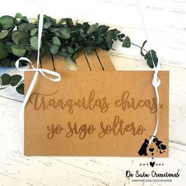 Cartel madera frase grabada tranquilas chicas yo sigo soltero (lazo blanco)
