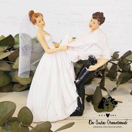 Muñecos tarta novia cogiendo la camisa