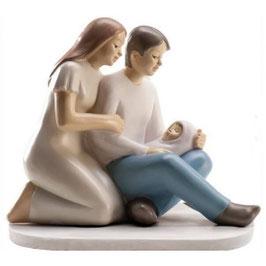 Figura tarta pareja con bebé en brazos