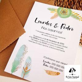 Invitación plumas verdes sobre kraft