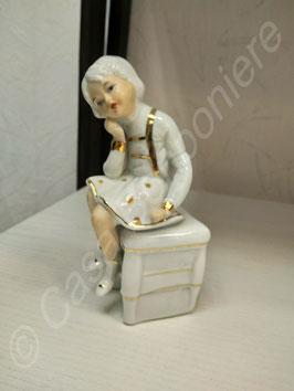 Mädchen in Keramik Sitzend