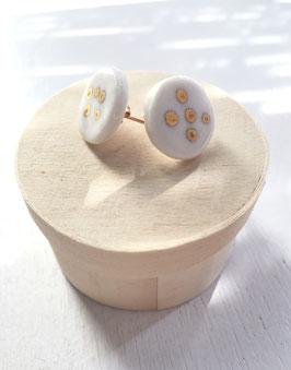 Boucles d'oreilles en porcelaine et or peint.