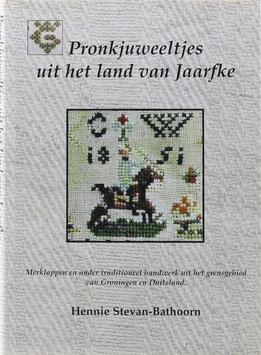 Stevan-Bathoorn, Hennie - Pronkjuweeltjes uit het land van Jaarfke - Merklappen en ander traditioneel handwerk uit het grensgebied van Groningen en Duitsland