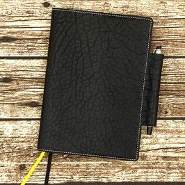 Buchhülle für A5-Notizbuch aus schwarzem Rinderhalsleder mit Leder-Stiftlasche links (Einzelstück)