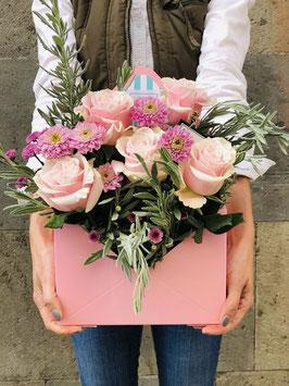 Caja sobre repleto de rosas