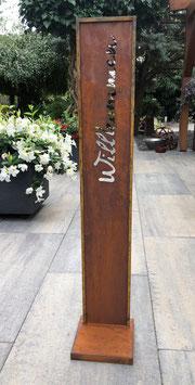 Säule Willkommen, Dekoration für den Eingangsbereich