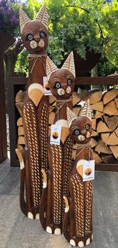 Drei Katzen aus Holz. Schöne Dekoration für den Wohnbereich